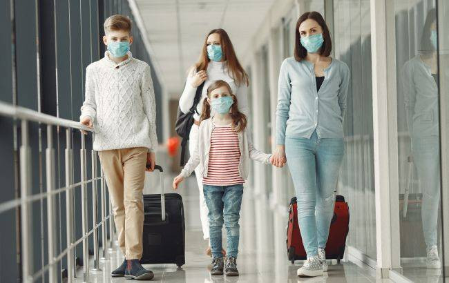 people_airport_are_wearing_masks_protect_themselves_from_virus_650x410