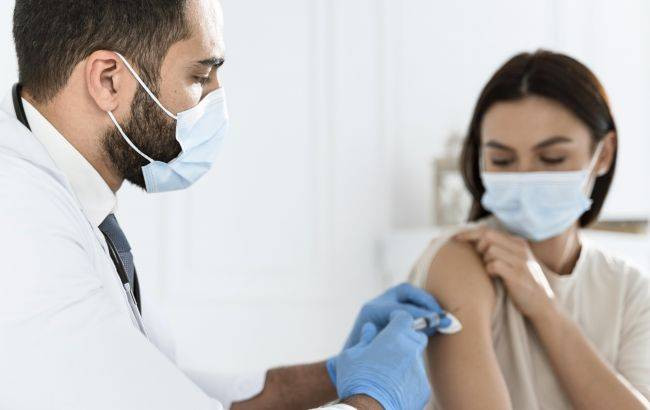 doctor_vaccinating_young_woman_9_650x410